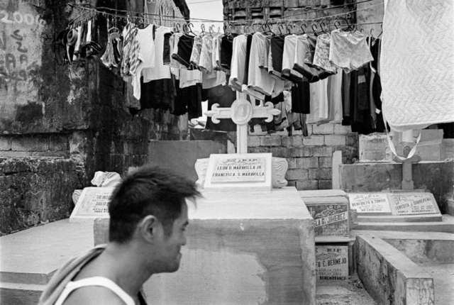 Photo by Ronald Nagy. http://architizer.com/blog/photos-capture-the-thriving-community-in-manilas-largest-cemetery/media/461745/